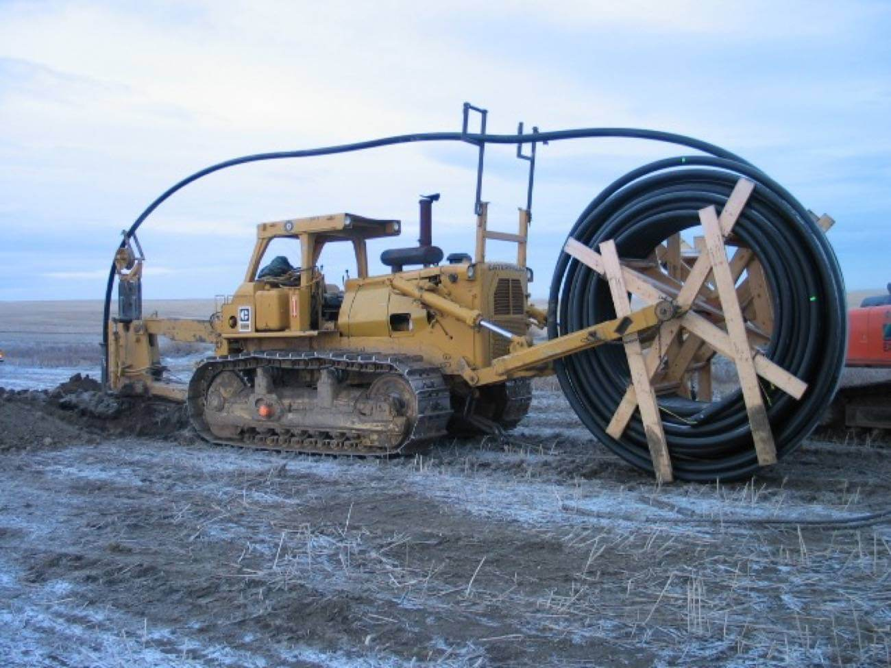 Underground cable tractor with spool